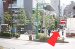「三つ又時計台」という時計台とセブンイレブンさんが右手に見えてきます。 セブンイレブンさんの脇の緩やかに登る道を直進して下さい。