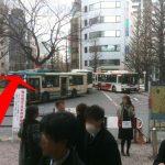 北口バスのロータリーを渡って、大通りを直進して下さい。