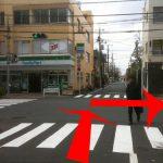 信号のある交差点が見えてきますので,渡って右折して下さい。