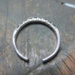 指輪を拡げて
